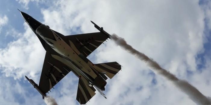 Die F-16 Dark Falcon des Belgian Air Force Demo Team über Nilkheimer Dächern!