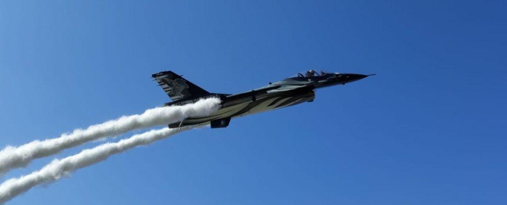 Ein letzter Blick auf die F-16 Dark Falcon des Belgian Air Force Demo Team...