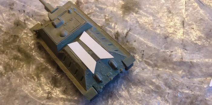 Zwei Papierstreifen habe ich für die Seiten dieses SU-122 von Pegasus zurechtgeschnitten. Sie bedecken die Schlitze und reichen mit ihrer Kante bis an die Kanten des SU-122 heran. So dürften sie nur minimal auffallen.