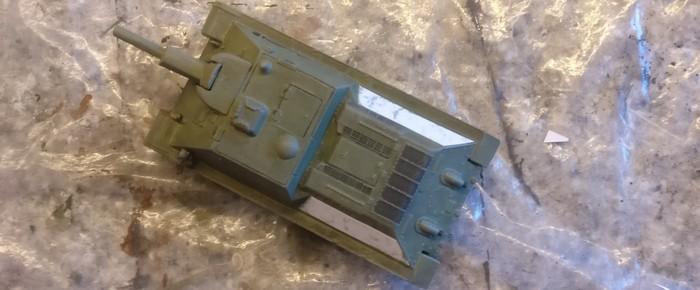 Hier habe ich beide Papierstreifen seitlich am SU-122 von Pegasus angebracht und festgeklebt.
