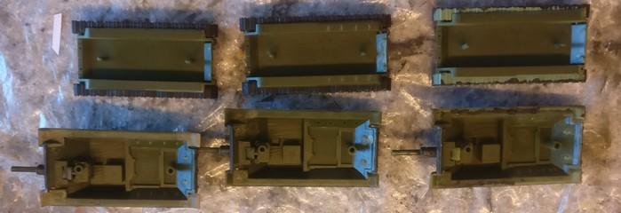 Die Rümpfe der SU-122 öffne ich, damit ich sie zum Erhöhen des Gewichts mit M6-Muttern füllen kann.