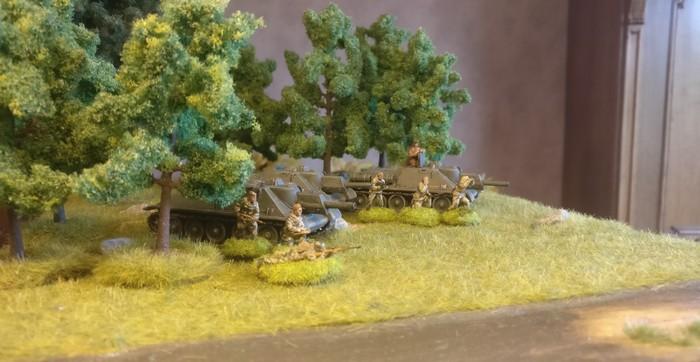Die drei Schwarzkittel SU-122 von Pegasus (7664) des 1437. Selbstfahrartillerie-Regiment beim ersten Ausritt in den Shturmigrader Stadtwald.