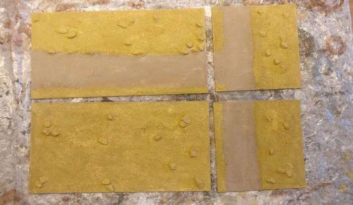 Alle vier Terrain Tile Module nach dem Trocknen. Die Straßenführung ist wie beim Beispielfoto des Sarissa Terrain Tile System Expansion Pack 1 gehalten.