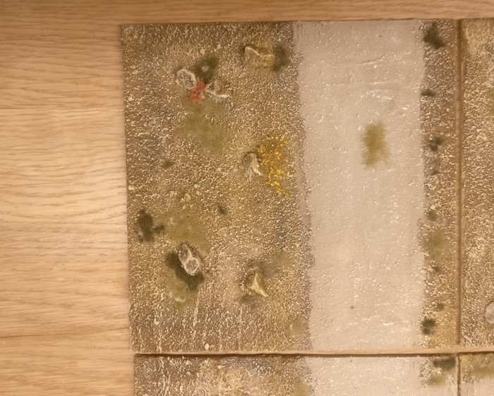 Großaufnahme: Modul 2 (15cm x 15cm) meines Terrain Tile System mit dem Motiv des Sarissa Expansion Pack 1 Beispielfotos.