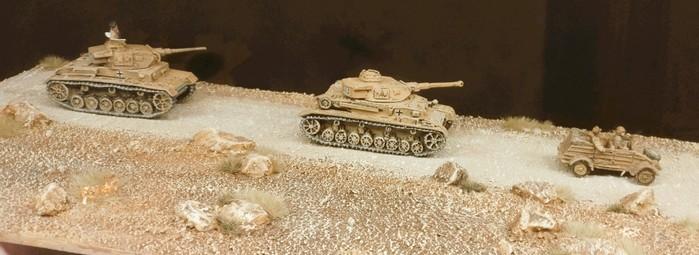 Die Terrain Tile Module kann man auch solo einsetzen. Hier tummeln sich ein Panzer III, ein Panzer IV Ausf. F2 und ein Kübelwagen in Nordafrika auf der Rollbahn.