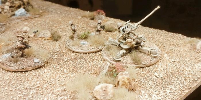 Was das DAK kann, können die Wüstenratten aber auch. Eine 40mm Bofors Flak und einige Foot Groups dazu sind hier auf meinem Terrain Tile System in Stellung gegangen,