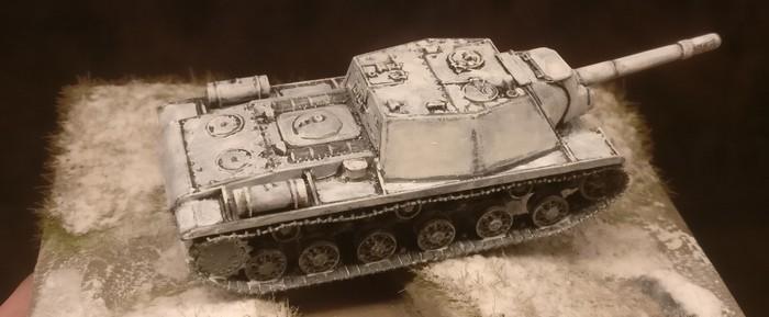 Die freien und ebenen Flächen überzog ich mehrmals mit einer weißen Lasur. Je dichter das Weiß deckte, umso besser wirkten die SU-152 in hrer Winter Camo.