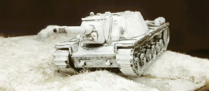 Tief im Schnee rumpelt das SU-152 durch die Lande. Die Winter Camo kommt hier gut.