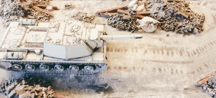 Auch in der Stadt wirkt das SU-152 mit Winter Camo gut. Ein paar Schützen haben sich hier am Straßenrand in Deckung geworfen.