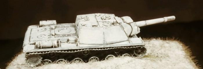 Das SU-152 in Winter Camo brettert durchs Gelände.