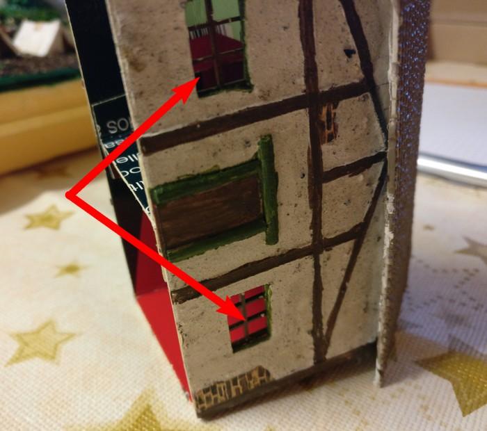 Zwei Kunststoffteile sind eingesetzt. Es sind die mit Pfeil markierten Fenster des Fachwerkhauses.