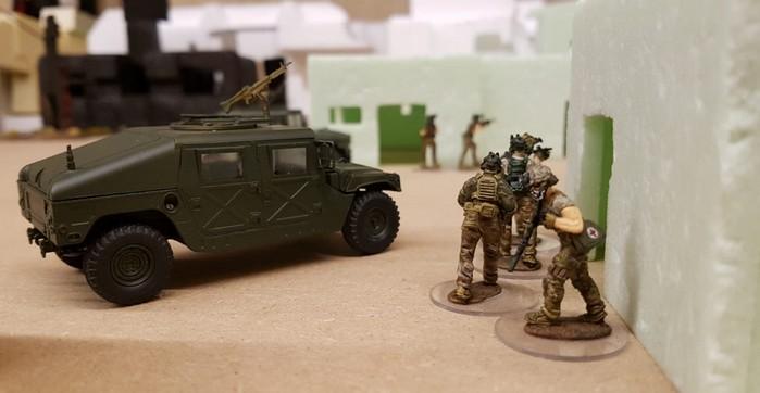 Schweres Gerät begleitet die 28mm True-Scale-Figuren in dem Modern-War-Szenario.