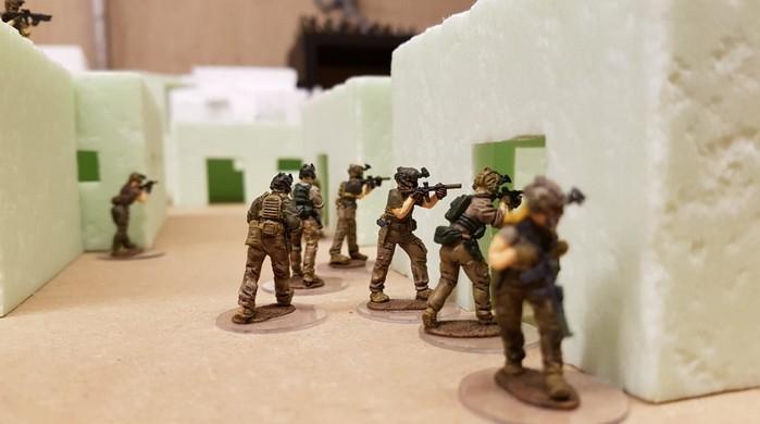 Davids Truppe der 28mm True-Scale-Figuren durchkämmen in dem Modern-War-Szenario die Siedlung. Specter Operations stellt als Regelwerk eine angemessene Umgebung bereit.