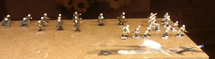 Hier wurden die 28 Mann der 94. Infanterie-Division bereits in Winterkluft gesteckt. Schneehemden und weiße Stahlhelme müssen genügen.