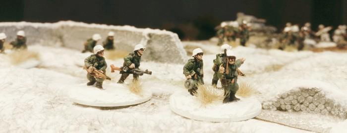Quer durch die Ruinen von Stalingrad stapfen die Minis des Infanterie-Regiment 267.