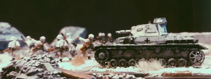Ein Panzer IV Ausf. F des Panzer-Regiment 36 der 14. Panzer Division unterstützt beim Vorgehen.