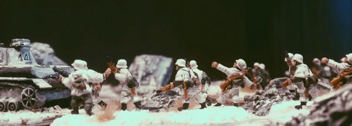 Entlang der Straße geht das Platoon vor.