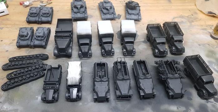 Hier die Fahrzeuge nach weißer Grundierung mit der Airgun und nach Auftrag der Anthrazit-Grundierung.
