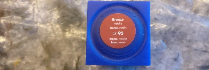 Die Farbe des Etiketts trügt absolut. Der Farbton Bronze trocknet wie Messing oder etwas rötlicher als Gold aus.