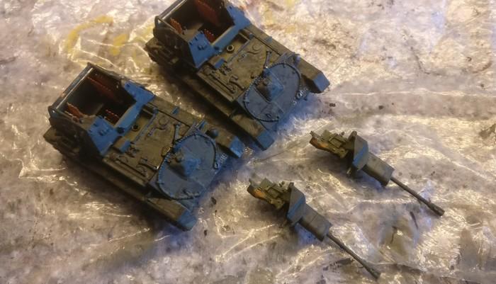 Die beiden zerlegten SU-76M von Eaglemoss nach dem Black Wash.