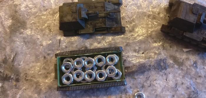 """Ein Panzer muss """"schwer"""" sein. Das Chassis der SU-76 von UM fülle ich mit M6-Muttern auf und vergieße diese mit Klarlack."""
