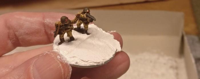 Die Offiziere des SMG Platoon von FoW: die Basen werden für den Einsatz des Mauerwerks vorbereitet.