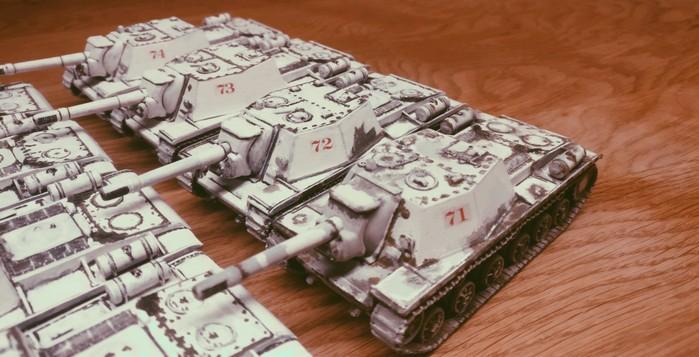 Die vier SU-152 von Pegasus der zweiten Batterie des 1529. schweren selbständigen Selbstfahr-Artillerie-Regiments der 7. Gardearmee erhalten die Ziffern 71, 72, 73 und 74.