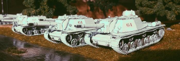 Die vier SU-152 von Pegasus der ersten Batterie des 1529. schweren selbständigen Selbstfahr-Artillerie-Regiments der 7. Gardearmee bei der ersten Ausfahrt nach der Schneeschmelze.