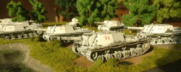Die vier SU-152 von Pegasus der zweiten Batterie des 1529. schweren selbständigen Selbstfahr-Artillerie-Regiments der 7. Gardearmee bei der ersten Ausfahrt nach der Schneeschmelze.