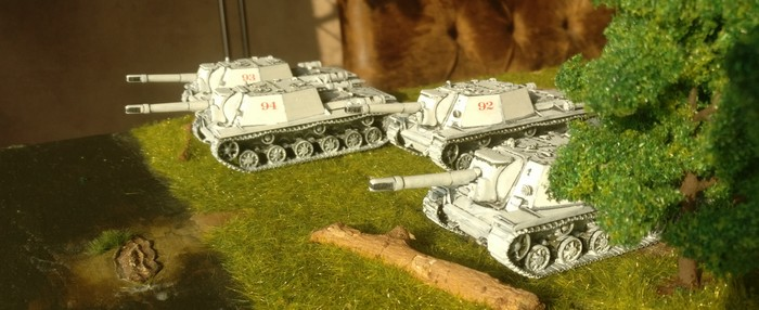 Die vier SU-152 von Pegasus der dritten Batterie des 1529. schweren selbständigen Selbstfahr-Artillerie-Regiments der 7. Gardearmee bei der ersten Ausfahrt nach der Schneeschmelze.
