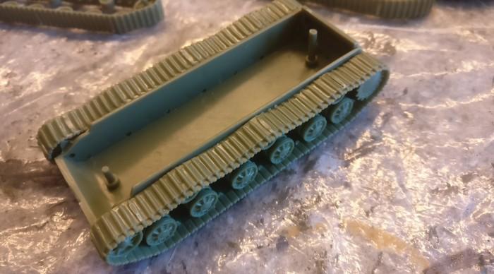 Hier sind beide Laufwerke des SU-152 (Pegasus 7668) an der Wanne montiert.