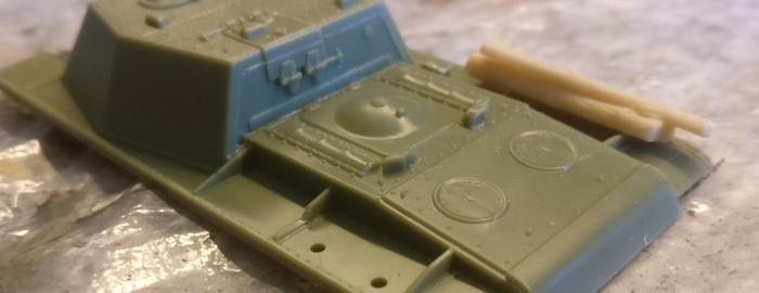 Bei dem anderen SU-152 montieren ich auf der einen Seite zwei Treibstofftanks und auf der anderen Fahrzeugseite drei Baumstämme.