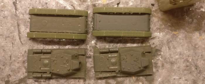 Beide SU-152 sind hier mit Grüngrau grundiert.