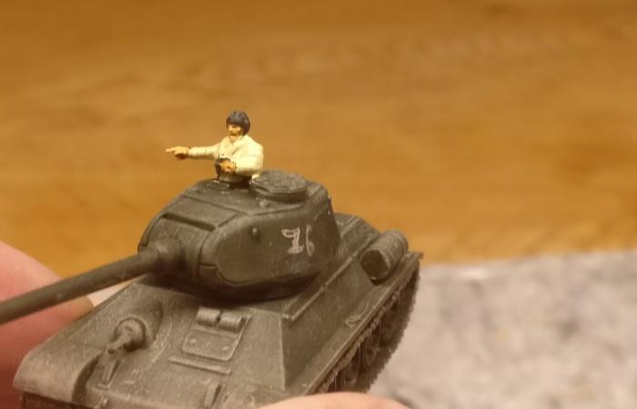 Ein Panzerkommandant ist montiert. Er erhält eine neue Uniform: Grundierung mit Revell Aquacolor 36314 Beige, dann ein Wash mit Khakibraun und dann ein Umber Wash drüber. Schließlich noch Hautfarbe ins Gesicht und an die Hände und das war's.
