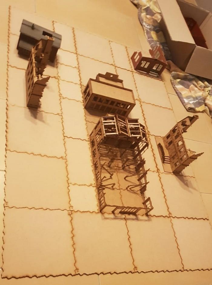 Die Hälften der Sarissa Destroyed European Townhouses sind hier bewusst getrennt auf den Platten des Sarissa Terrain Tile System aufgestellt - noch nicht verklebt! Das getrennte Aufstellen lässt einem gefühlt mehr Häuser fürs Geld erhalten...