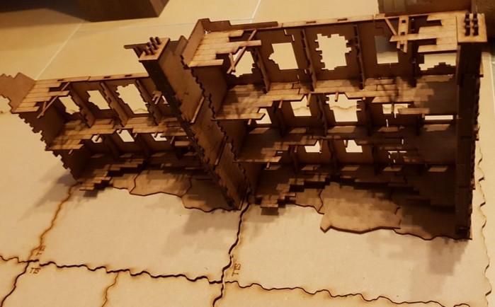 Man kann die Sarissa Destroyed European Townhouses auch in langer Fassadenreihe platzieren, je nach Szenario.