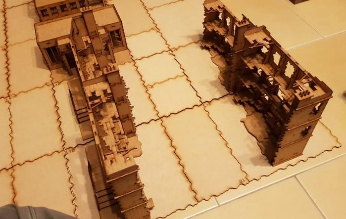 """Mit Phantasie kann man die Sarissa Destroyed European Townhouses auch mit großem freiem Innenraum aufstellen und die Etagenböden """"annehmen"""" und so nen großen Häuserblock erhalten, oder man kann die Böden der Etagen auch mittels weiterer MDF-Platten errichten. However... an Ideen mangelt es nicht..."""