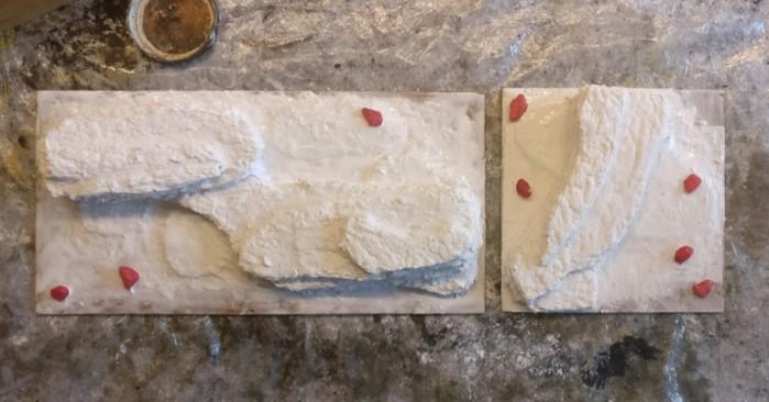 Auf die unterste Ebene der Terrain Tiles werden noch Zierkiesel als Felsbrocken aufgeklebt.