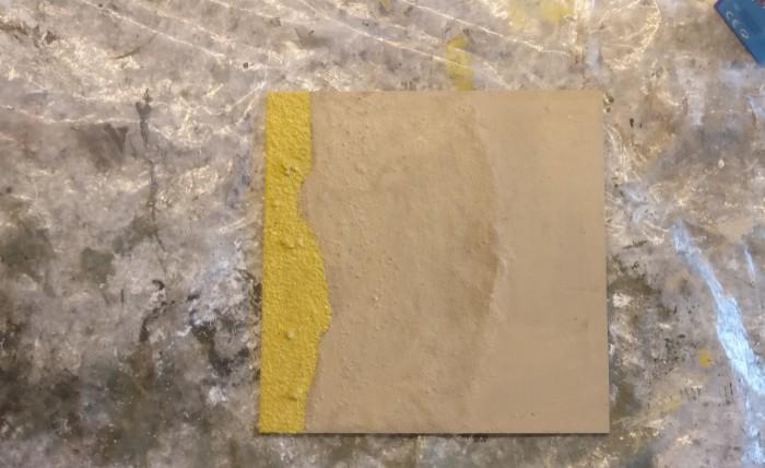 """Die Zone """"Geröll"""" wird mit """"Revell Aquacolor 36116 Sand"""" grundiert."""