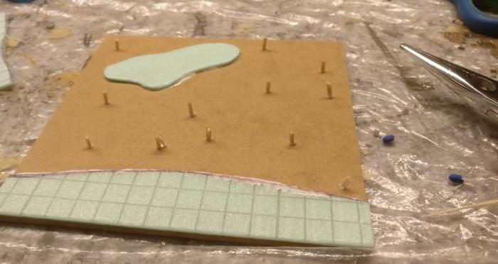Die Baumstümpfe schneide ich aus Streichholzstücken. Sie werden mit PONAL auf der MDF-Platte befestigt.