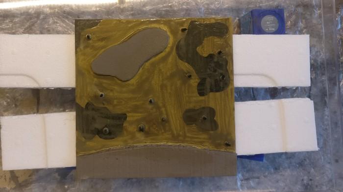 Die Lasur aus Revell Aquacolor Gelboliv dunkelt das gesamte Modul ab.