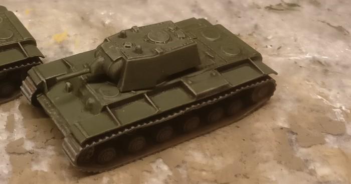 Der fertig bemalte KV-I von Zvezda. Das Bronzegrün ist getrocknet.
