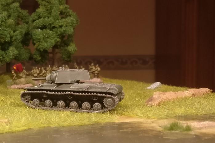 Der KV-I kurz nach Überqueren des Flusses an der Furt.