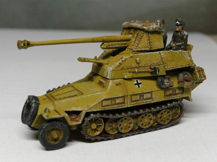 Aus dem Sd.Kfz. 139 mit zerschossenem Fahrwerk und Motor und dem Sd.Kfz.251/1 entstand das Sd.Kfz.251/24 mit 7,62cm Beute PaK