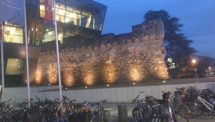 """Draussen vor der """"Darmstadt spielt 2019"""": Blick auf das Darmstadtium, dem Veranstaltungsort des Cons"""