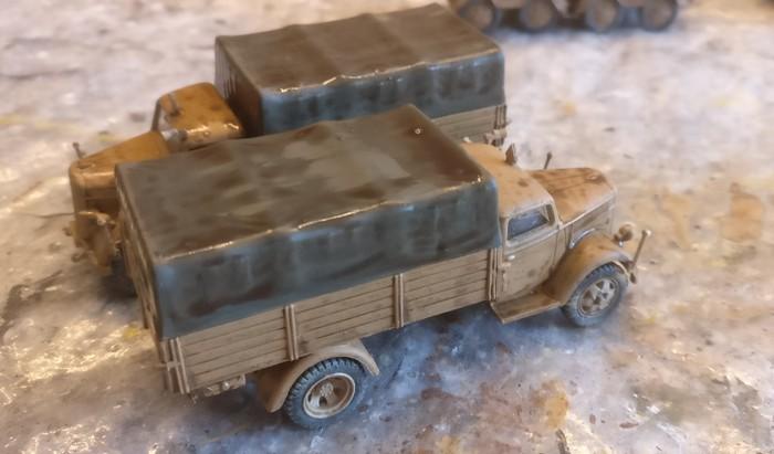 Die beiden DeAgostini Opel Blitz 3.6-36 S, Tunesien 1943 nach dem Auftrag des Umber Wash.