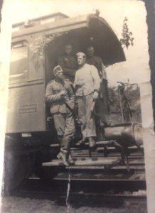 """Hier links nochmal Adam Balz bei der Eisenbahn-Ersatz-Batterie 800. Für den Eisenbahnfan Sturmi ist auch der Plattformwagen mit den Oberlichtern interessant. Es Sieht nach einem 2-Achs-Personenwagen """"Nürnberg"""" aus."""