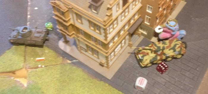 Der zweite Puma erobert noch das eine deutsche Missionsziel zurück, hat leider sämtliche Munition verschossen, so dass der M8 Greyhound erstmal ungeschoren davon kommt.