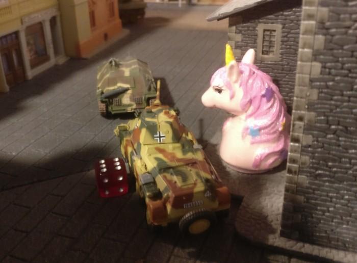 Der leergeschossene Puma holt noch ein zweites Missionsziel zurück, der Hetzer kümmert sich um den durchgebrochenen Sherman am oberen Bildrand.