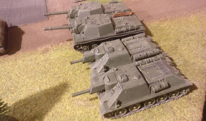 Je ein Platoon SU-152 und SU-122.